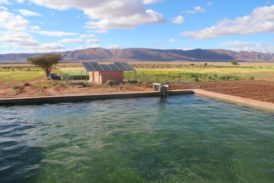 Bassin relié à un puits équipé en photovoltaïque, DR